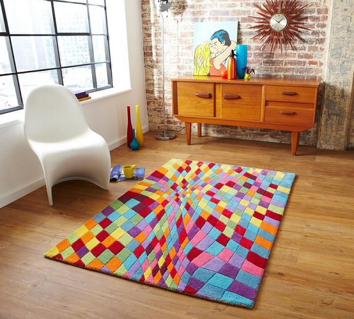 Яркий ковер - прекрасная особенность дизайна комнаты.