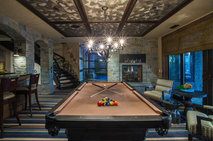 Интересная комната с бильярдным столом с невероятным потолком.