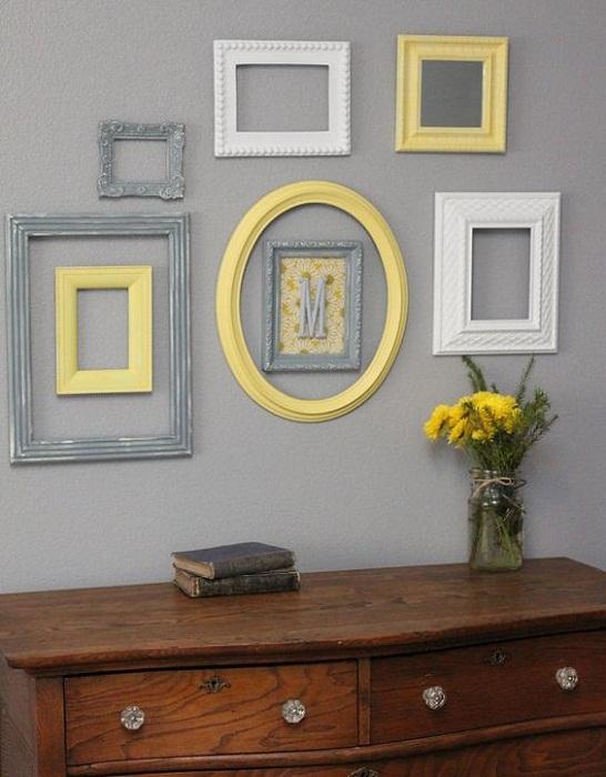 Преобразить стены в любой из комнат возможно благодаря кремовым, желтым и серым рамкам, что порадуют глаз и понравятся точно.