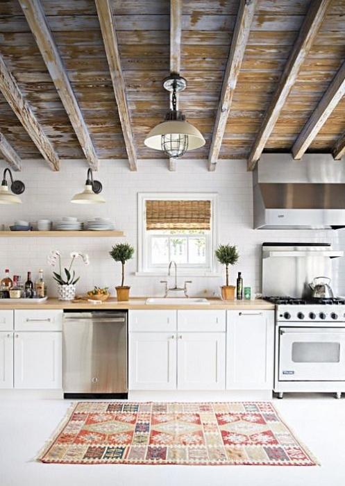 Уютная атмосфера на кухне создана благодаря такому простому и в тоже время интересному дизайну кухни.