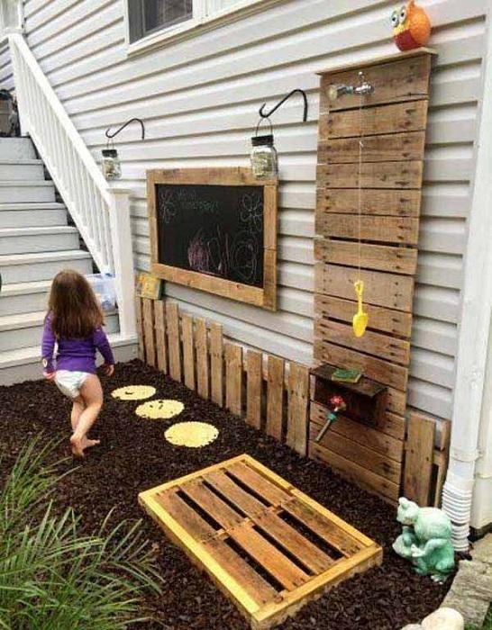 Открытый душ с деревянной стеной, которая сделана из паллет.