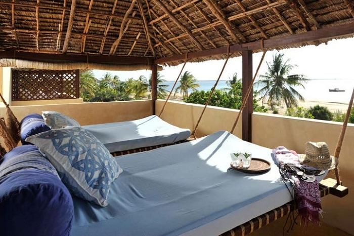 Подвесная кровать в голубых тонах позволит окунуться в царство отдыха.