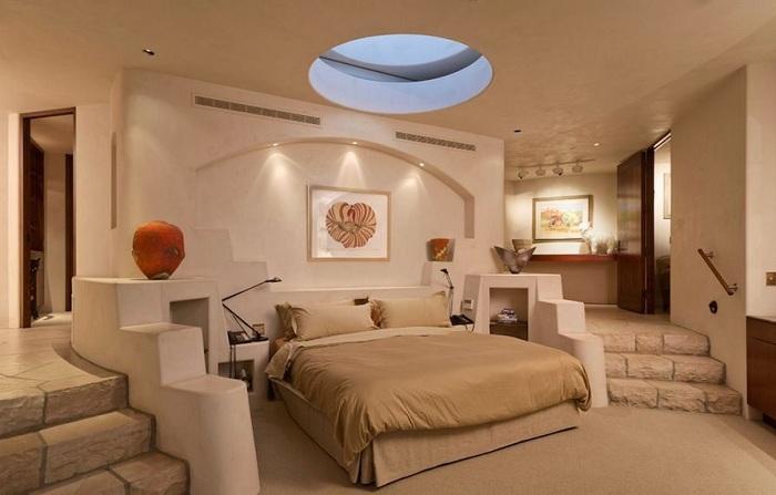 Шикарное круглое мансардное окно на потолке комнаты даст возможность любоваться звездным небом каждую ночь.