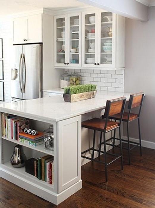 Хороший дизайн белоснежной кухни, что преображен благодаря оригинальной плитке.