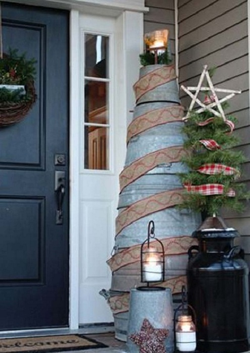 Оригинальное настроение около дома создаст интересное сооружение дерева из старых оцинкованных ведер.