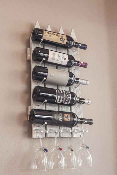Настенный винный мини-бар, который порадует глаз и подарит чувство комфорта.