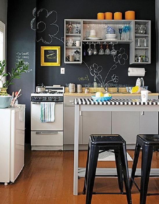 Отличный пример декорирования мини-кухни с доской для рисования, что украсит любой интерьер.