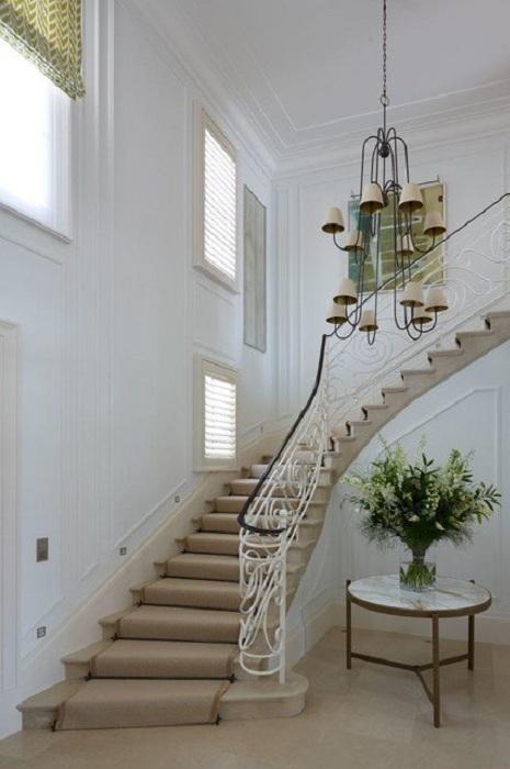 Светлая комната с бежевой лестницей и интересными элементами интерьера для уютной обстановки.