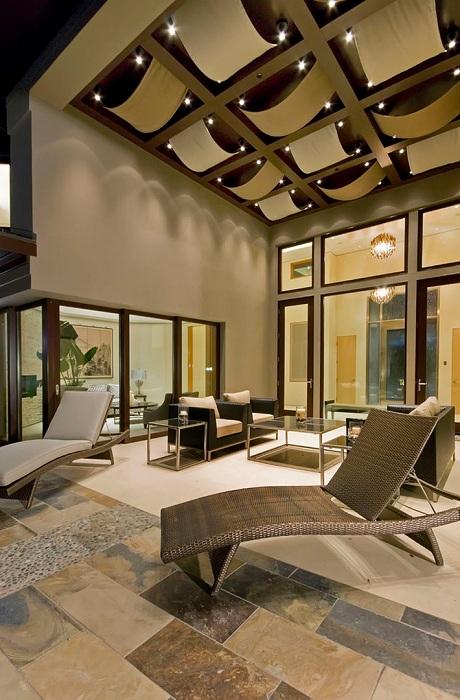 Изюминкой в дизайне веранды стал необычный потолок.