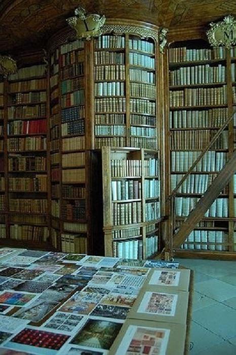 Скрытая дверь, которая ведет в тайную комнату для чтения книг.