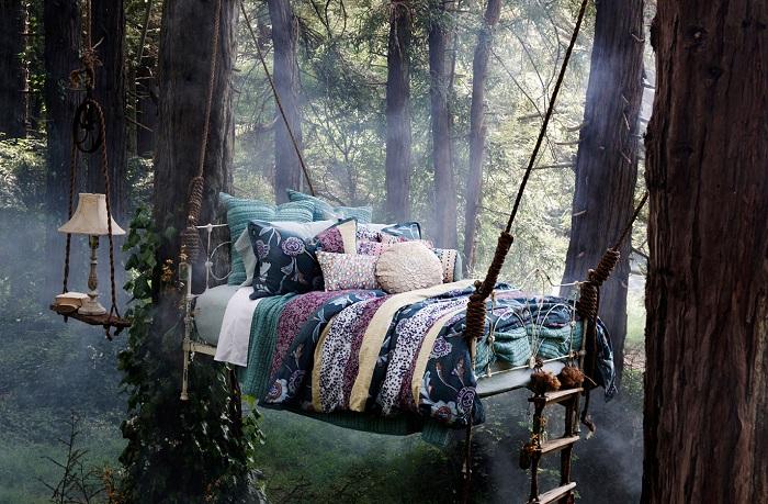 Романтическое настроение подарит вот такая кровать, которая укромно разместилась между деревьями на свежем воздухе.