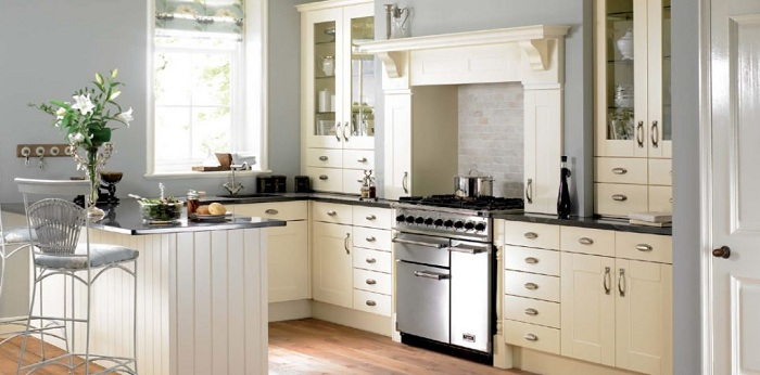 Отличный вариант создать приятную атмосферу на кухне в светлых тонах.