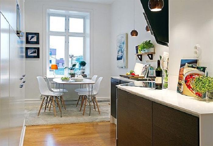Деликатное оформление кухни в белых тонах, что станет просто находкой и точно понравится.