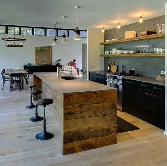 Интерьер кухни оформлен благодаря стульям и интересному дивану.