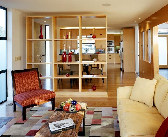 Отличной перегородкой между комнатами станет обычная стенка-шкаф, что понравится и вдохновит.