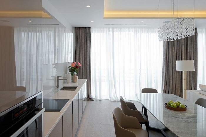 Если повесить на окна длинные и светлые шторы, то это заметно увеличит пространство комнаты.