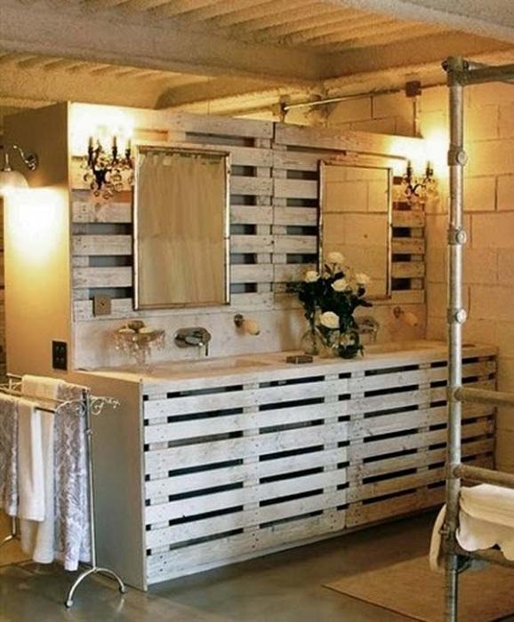 Мебель в ванной комнате создана при помощи европоддонов - смотрится очень необыкновенно.