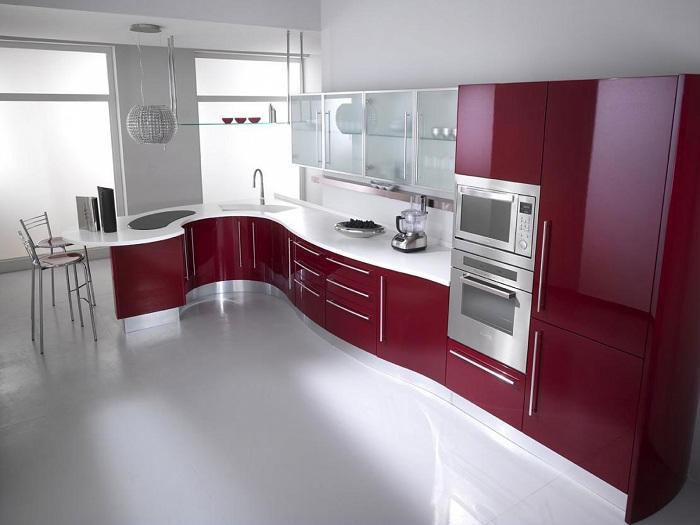 Современная белая кухня с вишневой мебелью.