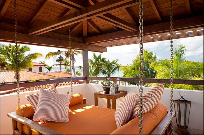 Интересное оформление подвесной кровати на свежем воздухе с шикарным обзорным видом, который открывается с террасы.