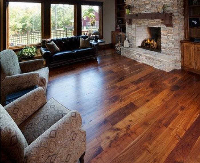 Сочетание древесины и камня в гостинной просто отличная возможность подчеркнуть уют комнаты с камином.