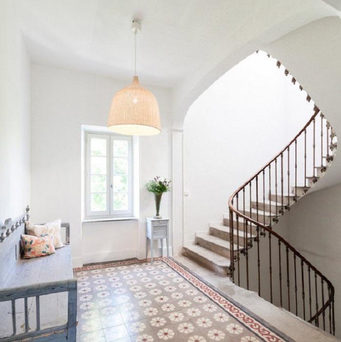 Светлая обстановка комнаты дополнена светло-серой лестницей которая очень гармонично вписалась в интерьер.