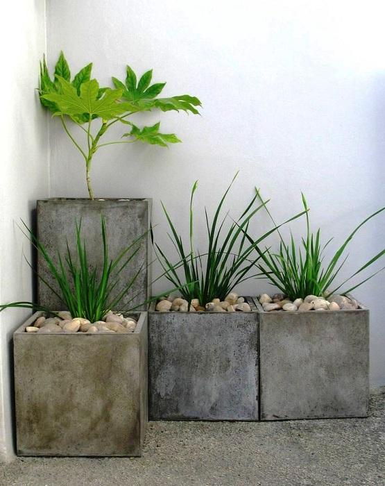 Оригинальный вариант создать просто оптимальный вариант под цветы - каменный кашпо, который пригодится при оформлении сада.