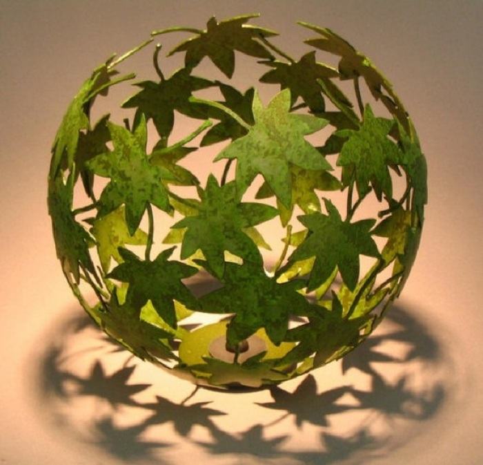 Красивый и интересный декор комнаты создан при помощи ярко-зеленого шара из декорированных листьев.