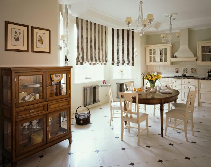 Прекрасные классические мотивы в сочетании с полосатыми шторами и отличными люстрами.