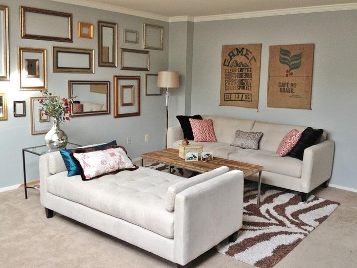 Интересное оформление светлой комнаты, которую украшают симпатичные рамки.