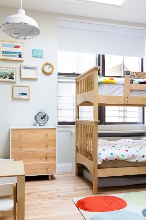 Прекрасный интерьер комнаты в белых тонах с добавлением дерева подчеркнет положительные стороны стиля модерн.