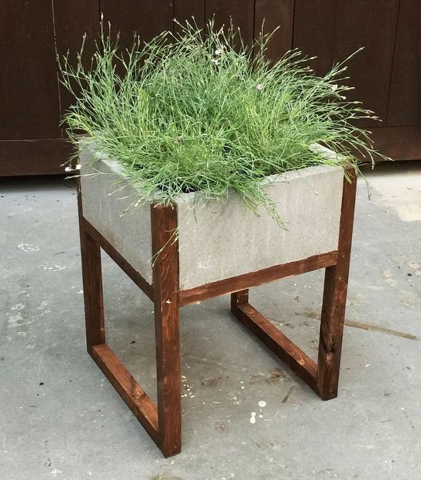 Оригинальный вариант оформить кашпо в виде стула, что станет просто хорошим и интересным элементом декора.