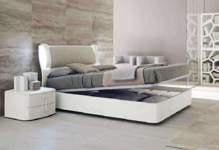 Весьма симпатичное и очень стильное решение для интерьера с большой нишей под кроватью, что впечатлит.