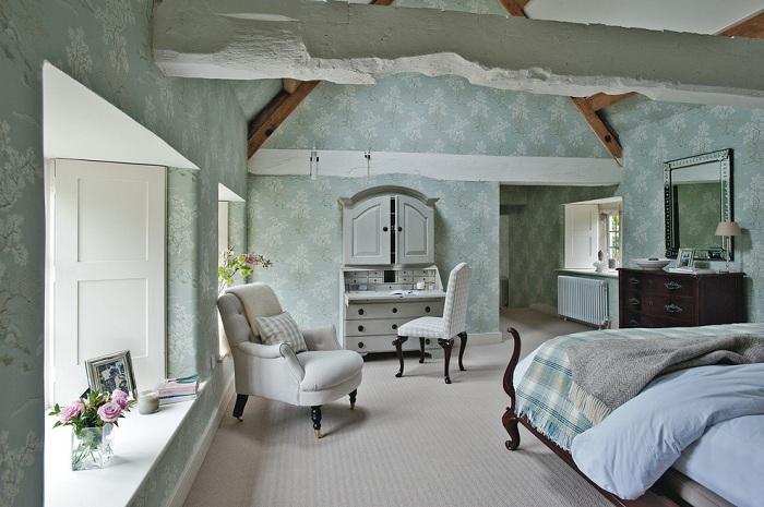 Мебель с историей, преобразит обстановку спальни и сделает её необычной и загадочной.