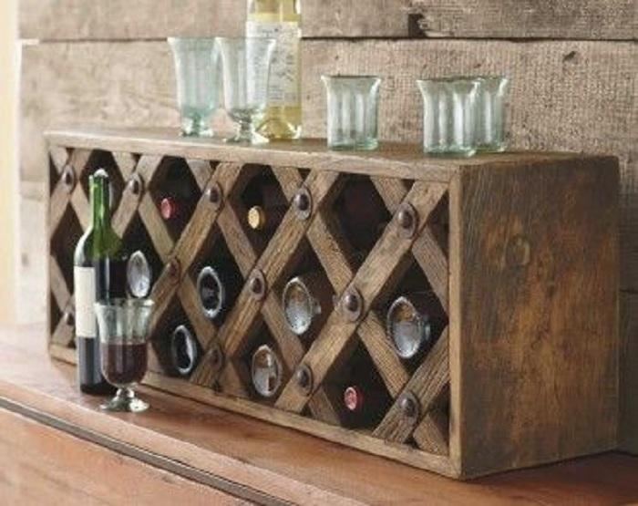 Симпатичный открытый шкафчик для хранения любимого вина станет отличным дополнением к интерьеру комнаты.