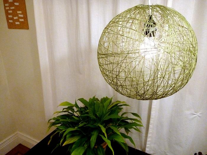 Отменный декор комнаты при помощи необычной салатовой люстры.