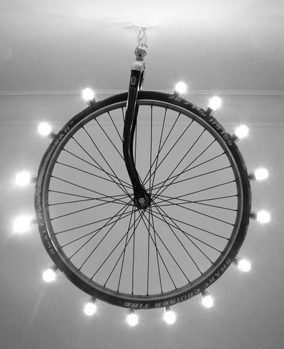 Интересная световая инсталляция на колесе, то что украсит светом любую комнату.