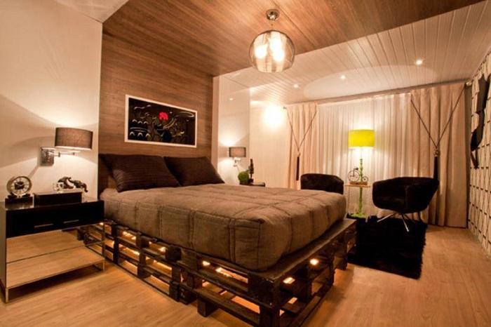 Оригинальный интерьер спальной с кроватью из паллет, выглядит необыкновенно.