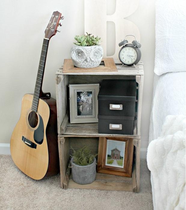 Старинные деревянные ящики сформировали такую симпатичную тумбочку, которая украсит любую комнату.