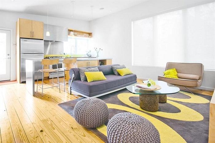 Идеальный вариант интерьера гостиной в которой деревянный пол контрастно сочетается с желтыми акцентами.