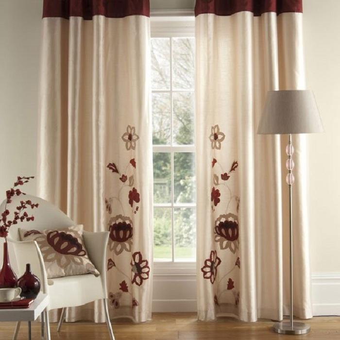 Нежное и свежее оформление комнаты со шторами нежно-сливочного цвета.