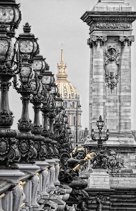 Одноарочный мост, перекинутый через Сену в Париже между Домом инвалидов и Елисейскими Полями. Во многих путеводителях мост Александра III описывается как самый изящный в Париже. Декоративная отделка моста, с фигурами пегасов, нимф и ангелов, представляет собой яркий образец стиля боз-ар.