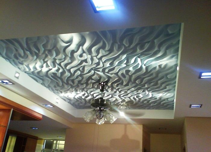 Красивым вариантом оформления потолка в спальной может стать его неровная поверхность, что создаст интересное настроение.