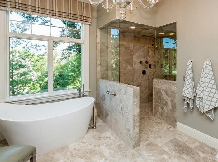 Просто удачное решение преобразить ванную комнату за счет декорирования её при помощи каменных элементов.