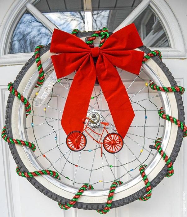 Непростой рождественский венок выполнен в очень необычном стиле и украшен колесом.