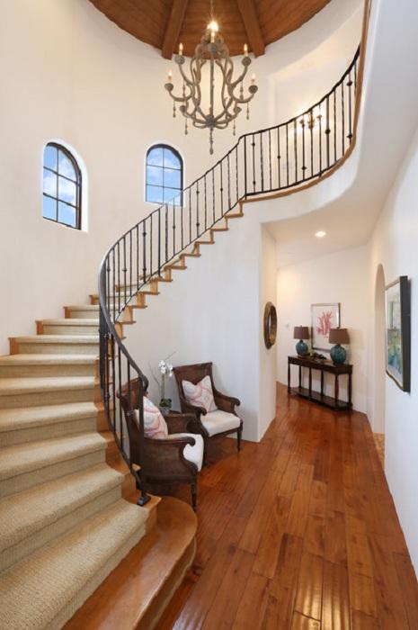 Прекрасная комната с необычной симпатичной лестницей которая гармонично дополняет общую обстановку.
