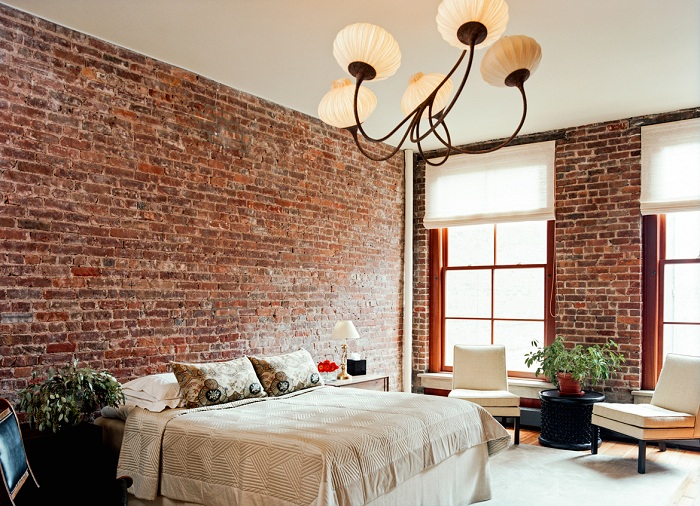 Отличное современное оформление комнаты для отдыха кирпичной кладкой, которая добавляет старинных ноток в интерьер.
