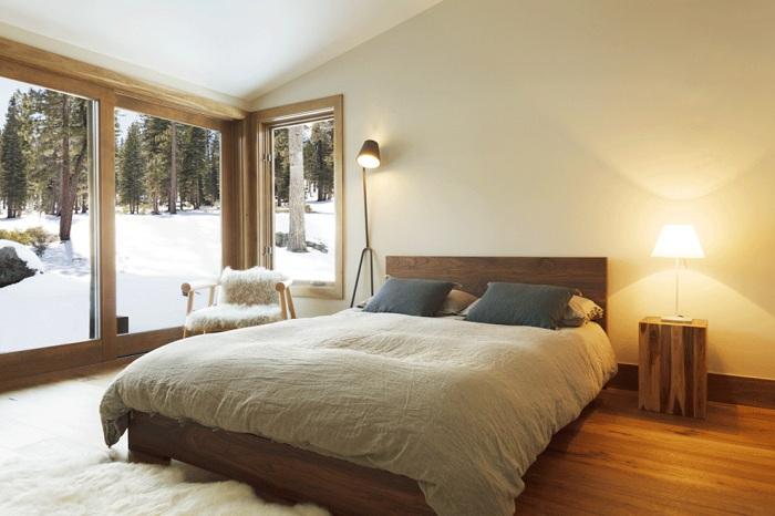 Светлая комфортная спальня с обворожительным видом из окна, который непременно порадует глаз.