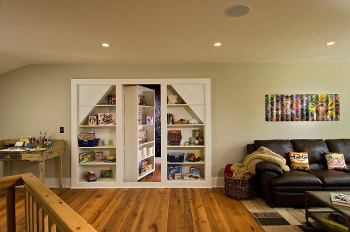 Хороший вариант оформления комнаты с потайной дверцей, которая ведет в мир чтения.