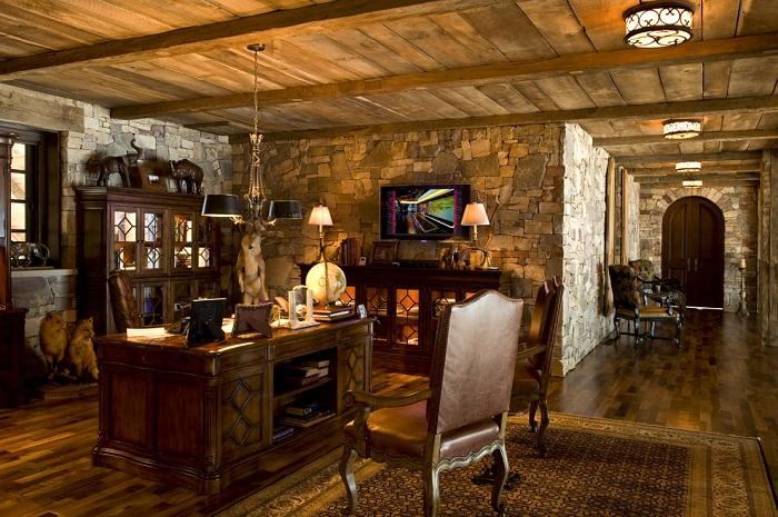 Домашний офис в охотничьем стиле с деревянным потолком, оформлен просто и со вкусом.