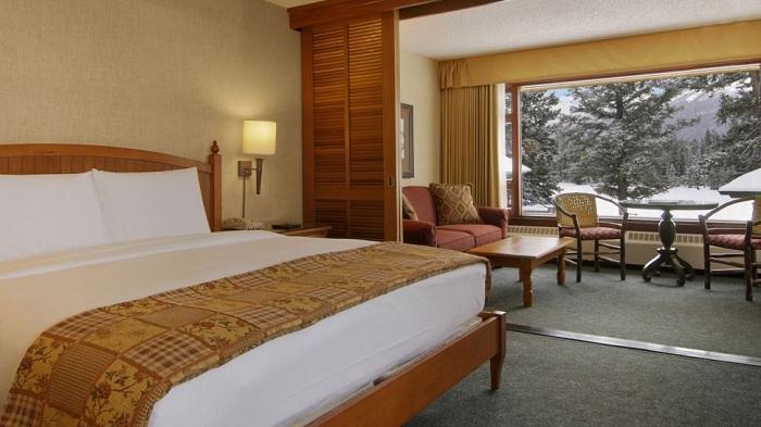 Теплая атмосферная спальня с обворожительным видом из окна - отличное место для отдыха.